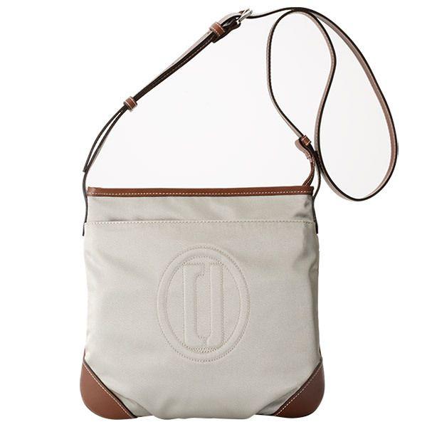 シンプルなデザインに光沢のあるナイロン素材を使用したショルダーバッグ。普段使いから小旅行まで色々なシーンにお使いいただけます。