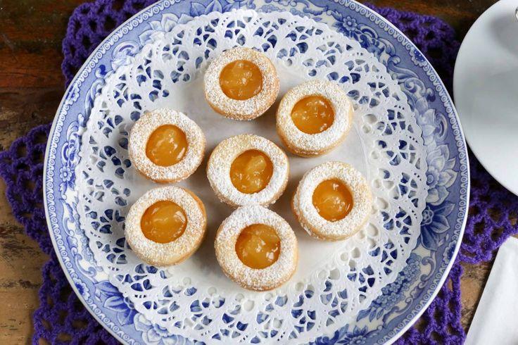 Söta småkakor fyllda med en syrlig lemoncurd, den perfekta kakan till fikat! Här får du mitt bästa recept på Lemoncurdkakor.