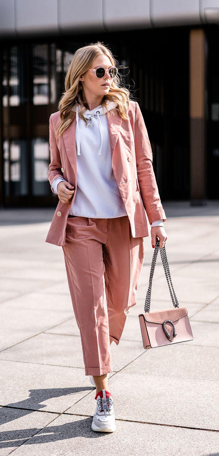 Outfit: Rosa Hosenanzug x Dad Sneakers – Fashion Blog » Sunnyinga