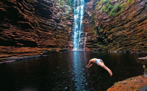 Cachoeira do Buracão, em Ibicoara, onde é preciso caminhar por passagens estreitas e nadar para chegar pertinho da queda d'água