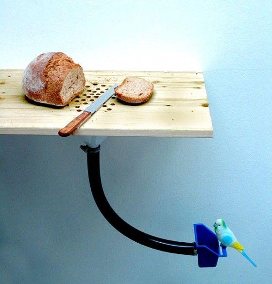 Haha, dit is nou nog eens creatief bedacht! | Een snijplank die meteen je vogels voedt