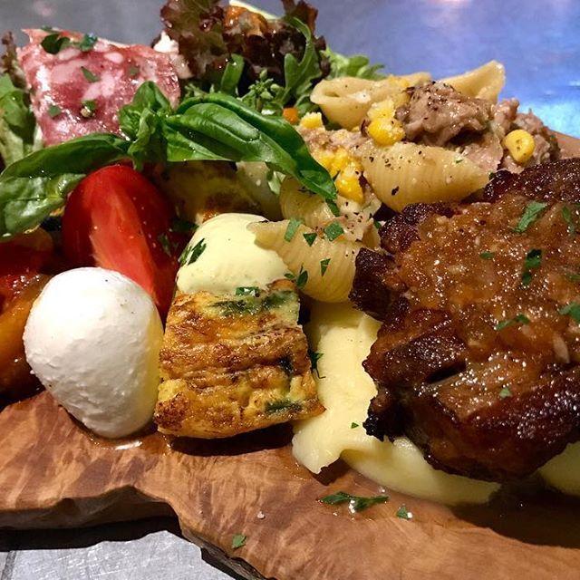 今日のお客様からのおまかせプレート🍱 #前菜盛り合わせ ではなく、前菜からパスタ、メインまで乗った幸せミスト。 ・ 豚肩ロースの白ワイン煮のロースト マッシュポテト ズッキーニのフリッタータ カプレーゼ ラグージェノベーゼと甘々娘のコンキリエ 真鯛の炙り カプレーゼ アランチーニ ナポリサラミ ・ #暇じゃないと出来ないやつ #ぼくが食べたい ・ #izacafecookai #izacafe #cookai #misto #antipasto #pasta #secondo #maindish #primo #パスタ #肉料理 #前菜 #オードブル #ワンプレート #イタリアン #イタリア料理 #パスタはcookai #カプレーゼ #肉 #料理が好きな人と繋がりたい #料理好きな人と繋がりたい #italian #italianfood #like4like #l4l