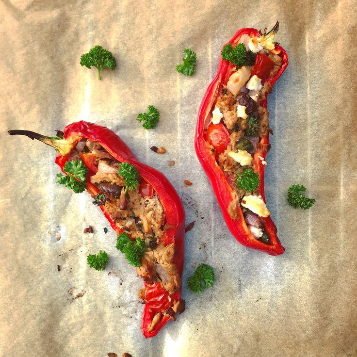 Gevulde zoete paprika met tonijn, kappertjes, ui, tomaat, olijven en feta. Makkelijk en vullend recept voor in je detox kuur, voor lunch of avondmaaltijd!