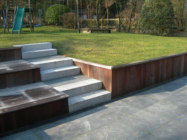 Keermuur van hout, in combinatie met een trap van ander materiaal.- www.tuinen-devisscher.be