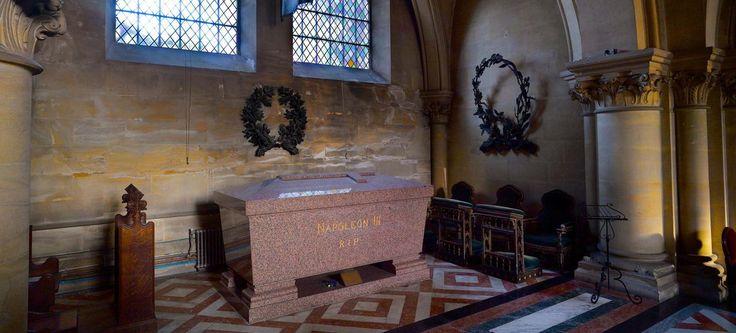 À Farnborough, une chapelle abbatiale, érigée pour l'occasion, accueille dans sa crypte les cendres de l'empereur, mais aussi celles de son épouse Eugénie et de leur fils Louis, tué en 1879 par les Zoulous.