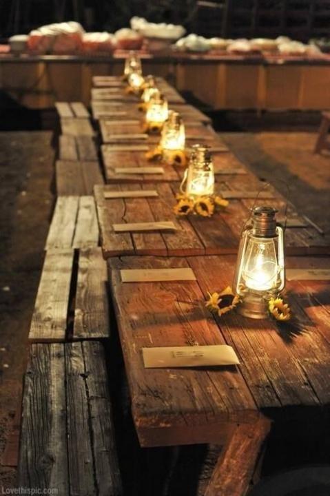 Rustikale Holztische mit Laternen, z.B. auf der mittelalterlichen Hochzeit