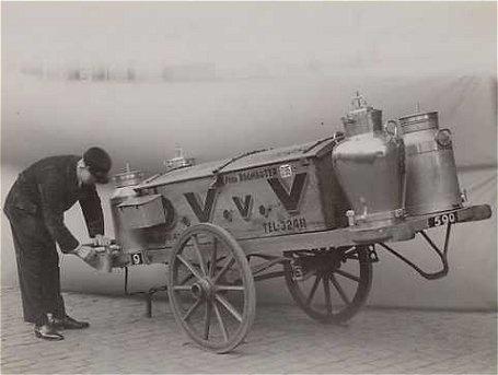 www.zuivelmuseum.nl Een melkboer, melkman of melkslijter was iemand die langs de deur ging met voornamelijk melk en zuivelproducten . Het rondventen van de melk ging in de stad vaak met een transportfiets met een houten bak en later met een laag plateau waar twee bussen op konden staan. Maar er werd ook gevent met paard en wagen en zelfs hondenkarren.