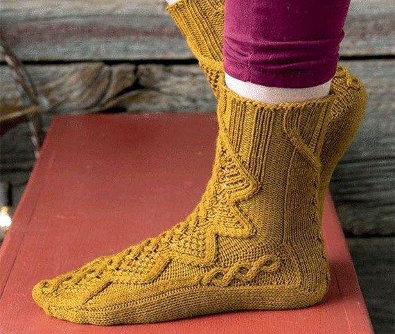 Носки с красивым узором выполнены спицами. Схема