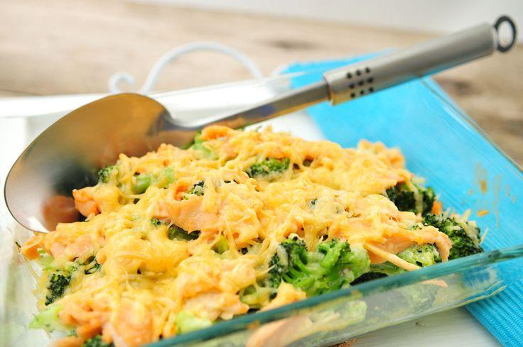 Broccoli en zalm gaan erg goed samen. Vaak wordt er pasta gebruikt, maar dit recept is koolhydraatarm en bevat dus ook geen pasta. We blancheren de broccoli slechts drie minuten, waardoor veel vitaminen en smaak bewaard blijven. We voegen kruidenkaas en crème fraîche toe voor wat smeuïgheid en oude kaas voor wat pit.