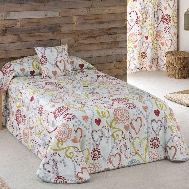 Colcha Bouti LOVE de la firma Sansa. Corazones de diferentes formas y tamaños se dibujan entrelazados repartidos por todo el diseño. Una bonita idea para renovar tu ropa de cama.