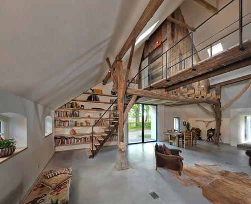 Woonboerderij met trap en loopbrug gemaakt van oude spoorrails en kast gemaakt van oud hout.