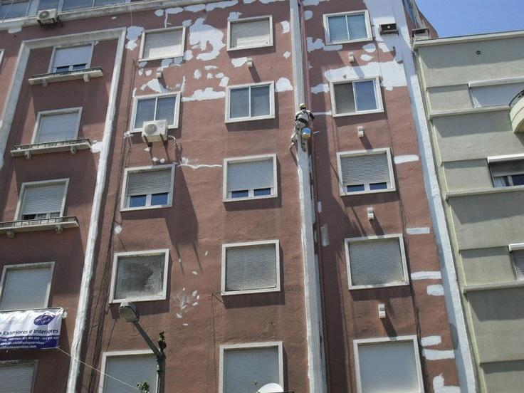 Efectuamos todo tipo de serviços relacionado a isolamento e pintura de exteriores,impermeabilização de telhados,terraços etc...  Efectuamos também remodelações e pintura de interiores Almada e Lisboa.
