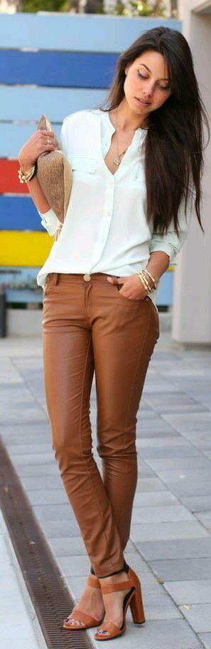 Camisa branca com calça caramelo