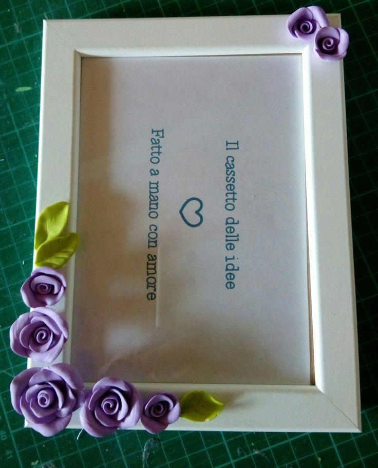 Cornice portafoto decorata con rose in fimo