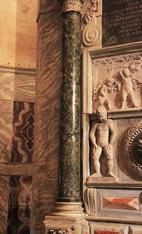 """San Vitale, Ravenna. 526-547. La prima colonna a sinistra del presbiterio di  è il vero tesoro della chiesa: è composta da un marmo antico che viene detto """"lapis hecatontalithos"""", che letteralmente significa """"pietra dalle cento pietre"""". È un materiale assolutamente raro, se non introvabile, denominato breccia verde d'egitto."""