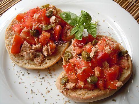 Prepariamo le Friselle tonno e pomodori? Ecco la ricetta per preparare delle saporite Friselle con pomodori, tonno, capperi, origano, poco aglio, olio, sale e basilico!     #Wonderfooditaly #FrancescoBruno