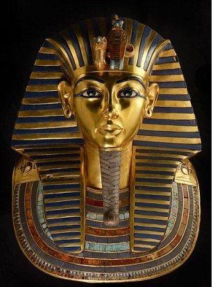 Maschera funeraria di Tutankhamòn; ca 1325 - Nuovo Regno; Oro, lapislazzuli, smalti e pietre dure; Valle dei Re, Tebe; Il Cairo, Museo Egizio