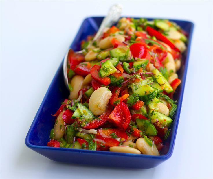 En fräsch och lättlagad bönsallad som passar perfekt att serveras vid de flesta rätter. Du kan variera deni det oändliga. Ha i olika sorters bönor eller fetaost. De flesta grönsaker funkar ävenalldeles utmärkt att tillsättas i salladen.Mixa tex i majs, broccoli, avokado eller oliver. Följ gärna Zeinas Kitchen på Instagram HÄR! 4-6 portioner 400 g kokta bönor av valfri sort (mixa olika sorter eller välj en sort, jag har använt stora vita bönor) 400 g cocktailtomater 1 gurka 1 röd paprika…
