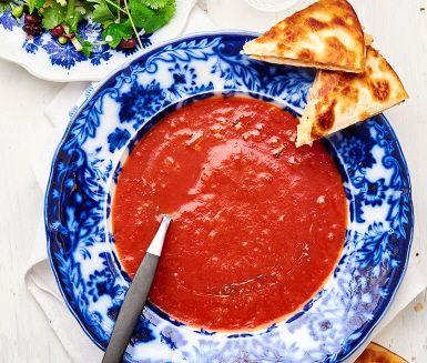 Kvällens middag är en symfoni av smaker och texturer. En mustig och het tomatsoppa med smak av ingefära, spiskummin och vitlök serveras med varma quesadillas med smält västerbottenost och matiga svarta bönor. Salladen gjord på koriander, krispiga äppelstrimlor och salladsärtor förhöjer middagen till en ny nivå. Smaklig måltid!