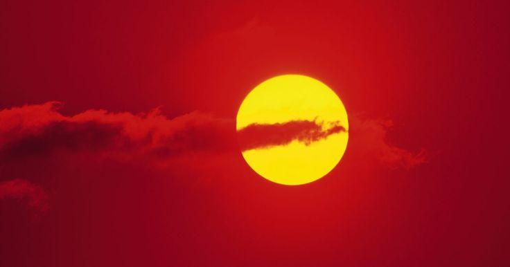 Como fazer o seu próprio refrigerador de absorção solar. É possível converter a energia do sol em um mecanismo de refrigeração que irá produzir gelo ou resfriar a uma pequena área. Embora a tecnologia ainda não exista, no momento da publicação, para que isso funcione para aplicações residenciais ou comerciais de ar condicionado, é viável a construção de unidades menores para a geração de gelo.