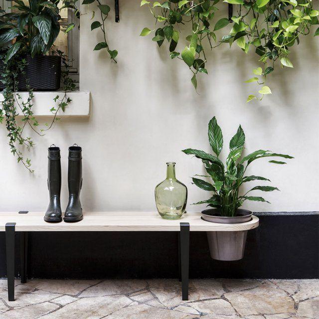 """Un banc de jardin décoratif """"Valpo"""" avec un plateau en pin des Landes traité, des pieds en acier laqué et un emplacement pour insérer un pot de fleurs, Tipoe"""