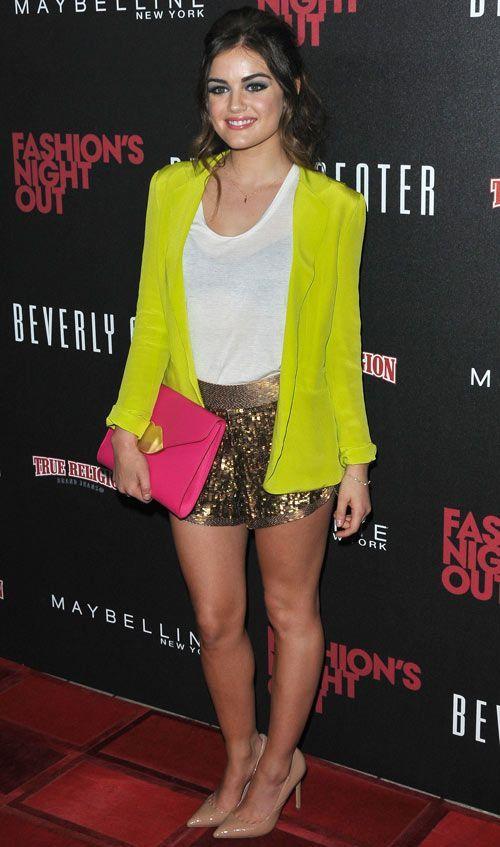 Lucy Hale ousa ao combinar o blazer verde limão com a bolsa pink - o shortinho de paetês dourado dá o toque glam final!   Lucy Hale - Look do dia - Setembro de 2012 - CAPRICHO
