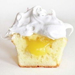 Spoil your friends with these delicious Vanilla Cupcakes with Lemon Filling and Meringue Frosting!