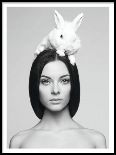 Svartvit affisch med en kvinna och en kanin. Vacker att ha inramad på väggen och fungerar fint ihop med fler av våra fotoaffischer som du hittar i kategorin Fotokonst. Poster med kvinna och kanin.