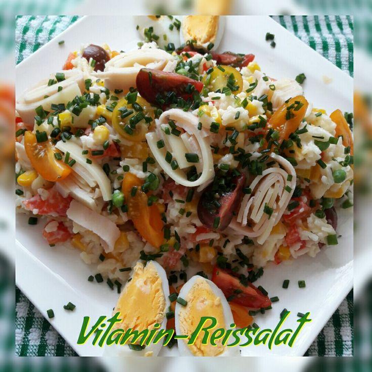 Dieser Vitamin-Reissalat ist ganz leicht und toll mitzunehmen. Das Rezept findet ihr unter myline24.de.  Ihr geht bei myline auf Rezepte. Gebt Mittag ein und zusätzlich Salat. Dann könnt ihr das Rezept schnell finden. Man kann ihn auch vegetarisch ohne Schinken machen.