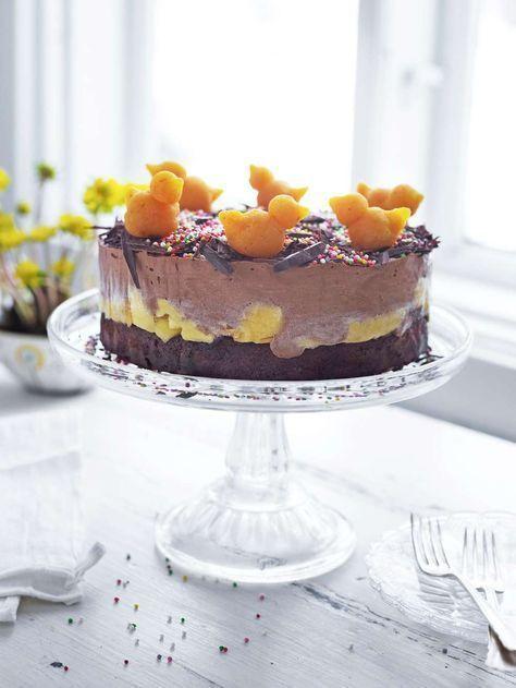 Himmelskt god påsktårta med läckra lager av mango och chokladmousse på en knaprig botten av choklad.