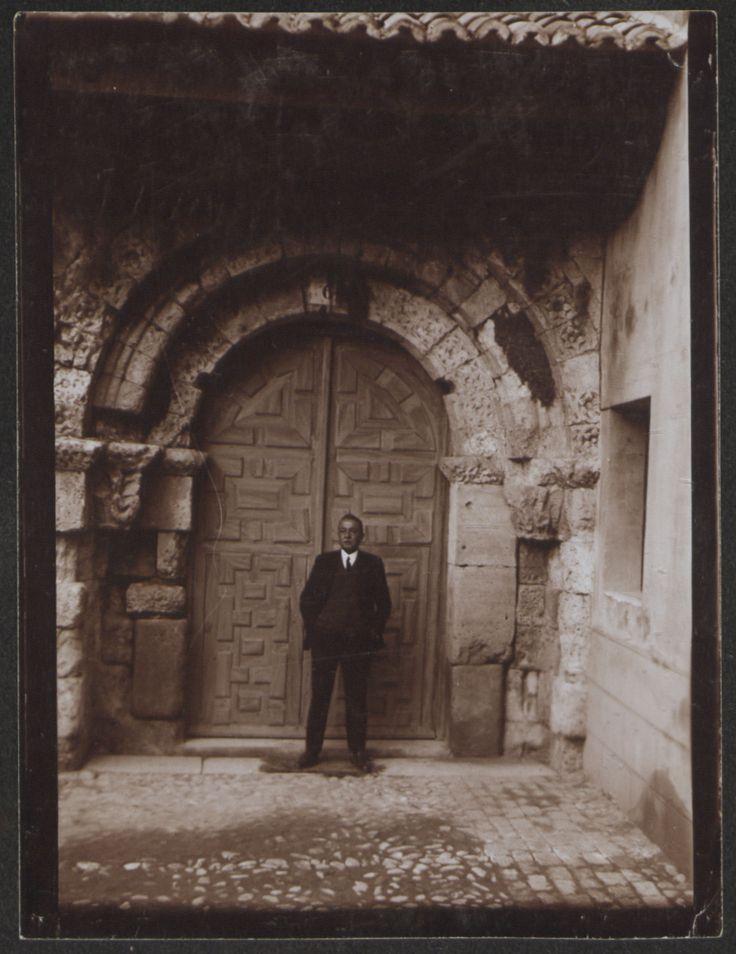Fotografías Arte: Ricardo Orueta en la portada de la Iglesia de San Quirce. Segovia. Copia de gelatina. http://aleph.csic.es/F?func=find-c&ccl_term=SYS%3D000125538&local_base=ARCHIVOS