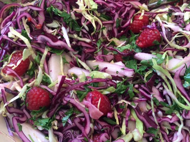 Salat med rødkål, spidskål og hindbær