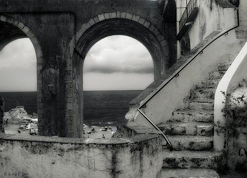 Atrani - Costiera Amalfitana - L a natura dona ... la storia tramanda ... la stupidità e l'inerzia degli uomini seminano distruzione