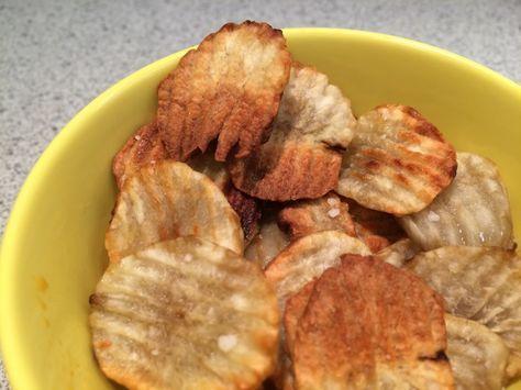 Jordskokke chips med salt. Opskrift. 2 jordskokker 1 spsk. olie 1 tsk. groft salt Fremgangsmåde. Skær jordskokkerne tyndt ud, her er de skåret på 2 mm. bølgeskær på et mandolinjern. Put skiverne i ...