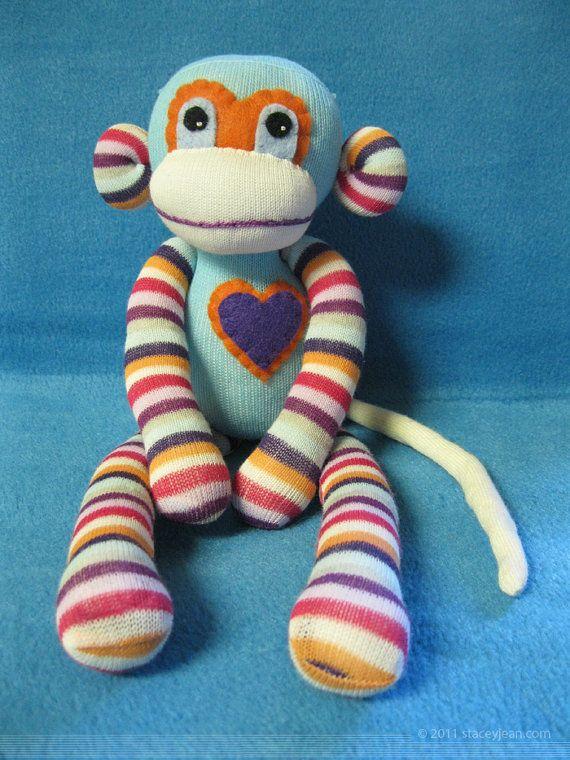 Sock Monkeys machen große Geschenke. Sie sind lustig, verschmust, und sind schnell Freunde für alle Altersgruppen. Ein traditionelles Spielzeug, die vor einem Jahrhundert begann und entwickelte sich zu vielen verschiedenen Tieren und Farben.  Höhe: 13    Schlafzimmerfenster Nähte gegen Nähte komplett aufteilen helfen. Teile sind mit heavy Duty, Fadenqualität fest angenäht. Sie werden fest zerren, aber nicht bösartig Missbrauch widerstehen.  Handgefertigt aus neuen Socken, Nähmaschine und…