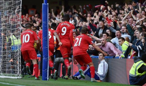 LONDON, ENGLAND - OCTOBER 31: (THE SUN OUT, THE SUN ON SUNDAY OUT) Christian Benteke of Liverpool celebrates after scoring the third goal during the Barclays Premier League match between Chelsea and Liverpool at Stamford Bridge on October 31, 2015 in London, England. (Photo by Andrew Powell/Liverpool FC via Getty Images)