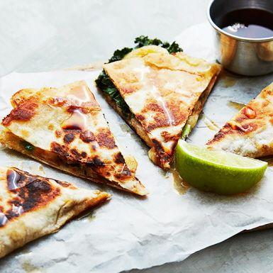 Ja, du läste rätt. I dessa mättande tortillamackor, quesadillas, kombinerar vi banan, jordnötssmör och grönkål samt två sorters ost. Det är lite galet och annorlunda, men faktiskt riktigt gott. Den som gillar hetta strör lite chili över.