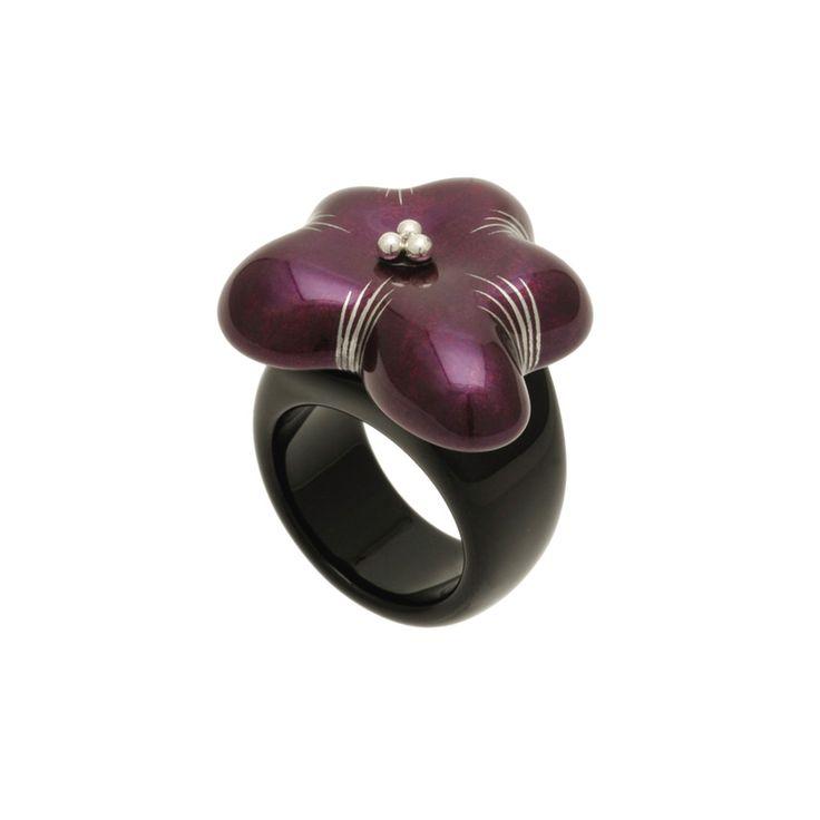 身につける漆 蒔絵のアクセサリー リング 花 箔紫色 坂本これくしょんの艶やかで美しくとても軽い「和木に漆塗りのアクセサリー」より、艶やかでありながら透明感がある香りたつような ウェアラブル 漆 アクセサリー wearable URUSHI accessories Ring  flower foil purple color ふっくらとした厚みがありインパクト・存在感が感じられるリング、指を包み込むようなフォルム、ボリュームがありながら軽量、可憐なすみれのような雰囲気で軽やかな装いに合わせやすのもポイントです。  #漆アクセサリー #漆のアクセサリー #漆ジュエリー #軽いアクセサリー #漆のリング #Ring #flower #艶やかリング #透明感があるリング #香りたつようなリング #花リング #箔紫色 #wearable #ウェアラブル漆 #漆塗り #軽さを実感 #坂本これくしょん