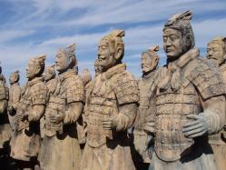 Guerreros de Terracota (China) Los Guerreros de Terracota son unas figuras de este material situadas en el Mausoleo del Primer Emperador chino Qin. Este ejército, que está formado por más de 7.000 figuras de guerreros y caballos de terracota a tamaño real, fue descubierto en 1974 durante unas obras para el abastecimiento de aguas de regadío. Cada una de estas figuras tiene rasgos y características diferentes: bigotes, peinados, jóvenes, viejos, rasgos de etnias diferentes.