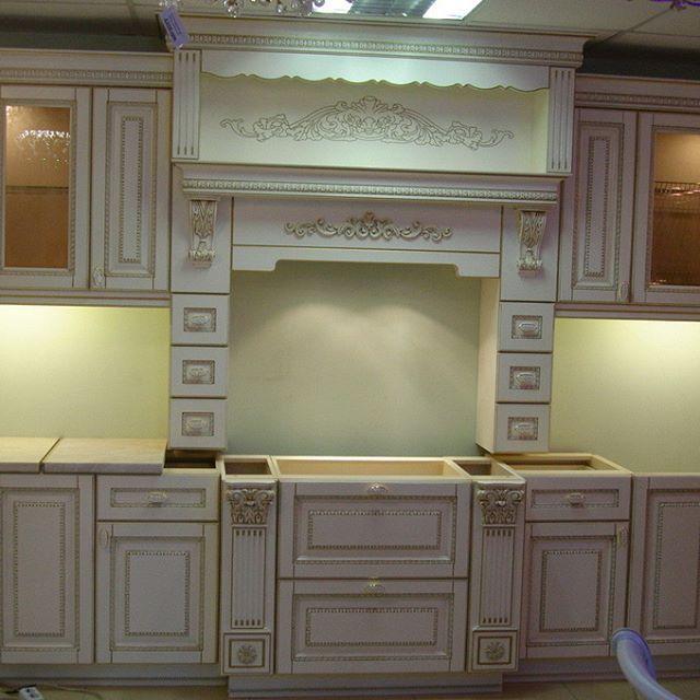 """Мой дизайн кухни в готовом виде.  Проект в г.Мелитополь. Еще не установлена столешница и рабочая стенка из стеклянной панели, но красота и изящность кухни уже видна. Прямая кухня, симметрия, классика, и любимый клиентами цвет покраски ваниль с золотой патиной делают кухню богатой и """"музейной"""". Как поделился недавно один клиент: """"Ко мне в гости приходят знакомые, и идут сразу на кухню и сидят там - говорят приходят как в музей, посмотреть😊 """" Комплектация: фасады дерево с декором по обвязке…"""