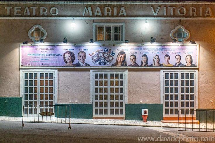 """Um cartaz com as foto que criei para a """"Revista Tudo isto é Fardo"""" na entrada do Teatro Maria Vitória, Parque Mayer"""
