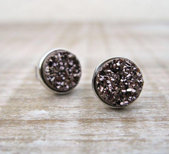 Diese atemberaubenden 8mm Bolzen wurden mit der höchsten Qualität echten natürlichen Kaffee braun Druzy Steine hergestellt. Druzy ist der glitzernden Effekts von winzigen Kristallen über Spitze eine bunten Mineralien wie Quarz - Dies ermöglicht eine atemberaubende facettenreiche Oberfläche auf jeder Ohrring Reflexen, glitzert und fängt das Licht. Jeder Ohrring wurde in rhodiniert Metall festgelegt welche die Farbe des Steins schön auslöst. Was ich am meisten Liebe, über diese Druzy Bolzen…