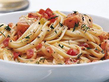 La ricetta per preparare una fresca insalata di pasta condita con salmone affumicato e una dadolata di pomodori, ideale per l'estate.