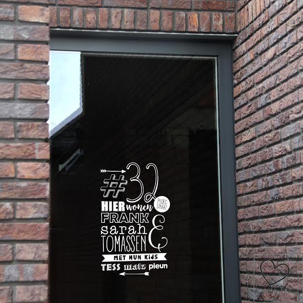 Handlettering is helemaal hip. Daarom deze hippe sticker voor op de voordeur. Snelle levertijd en leverbaar in wit en zwart.