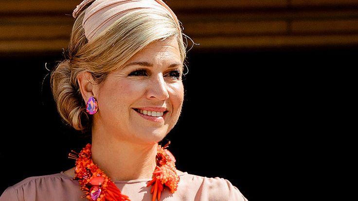 Op de vierde dag van het staatsbezoek aan Australië poseert koningin Máxima samen met koning Willem-Alexander voor een historisch plaatje in een fleurige outfit.  De gestreepte midirok, de top, de slingback schoenen, het collier en de bijpassende oorstekers komen allemaal van de hand van Edouard Vermeulen van modehuis Natan. De haardecoratie is wederom van Fabienne Delvigne.