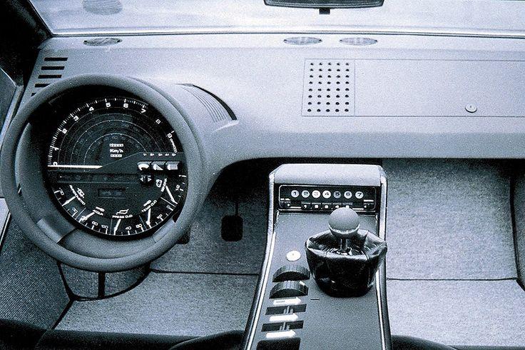 """Giorgetto Giugiaro nannte den Boomerang einmal den """"irrationalsten Wagen, den Italdesign je entworfen hat"""" – und dennoch, oder gerade deshalb, gehört das futuristische Concept Car zu den großen Klassikern des italienischen Designstudios. Nachdem 1971 bereits auf dem Turiner Salon ein hölzernes Modell die Ankunft des keilförmigen Sportwagens angekündigt hatte, stand im Frühjahr in Genf ein voll funktionsfähiger Prototyp auf Basis des Maserati Bora. Giugiaro sagt rückblickend, die Idee sei ihm…"""