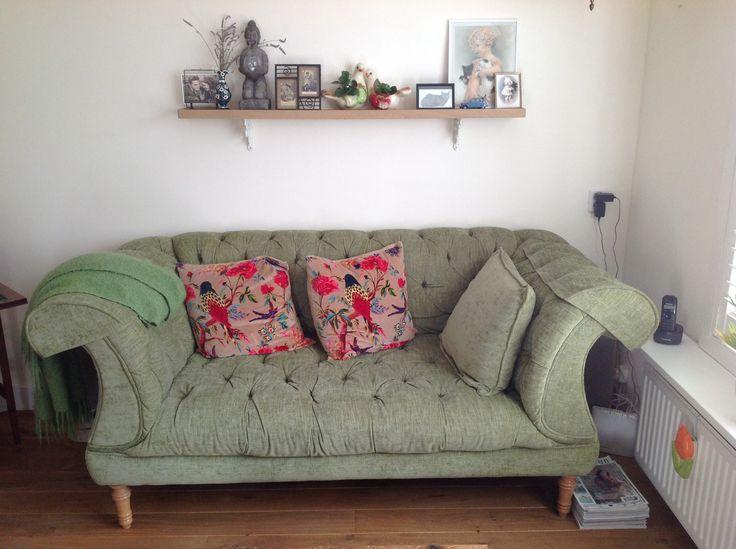 Wandplank boven de groene bank in mijn kleine woonkamer vintage, brocante, groen