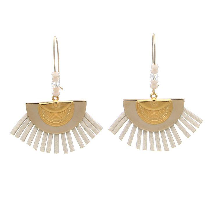 Pour être une mariée au top de la tendance, on adopte ces boucles d'oreilles tres contemporaines : perles métal demi-lune, franges en daim... Bijou DIY