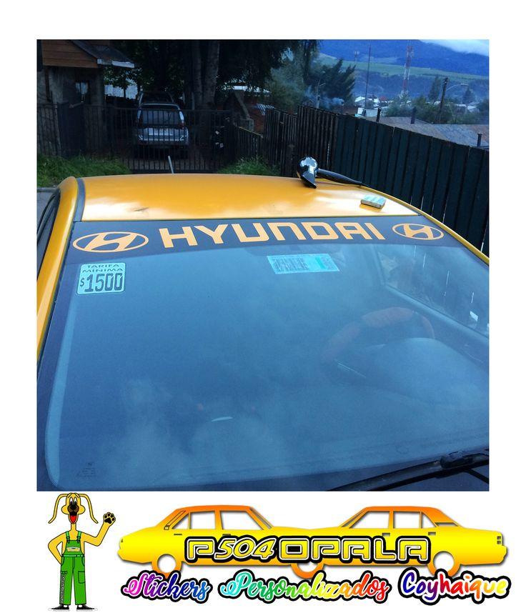 "Sombrilla negra con logo ""Hyundai"" de color amarillo"