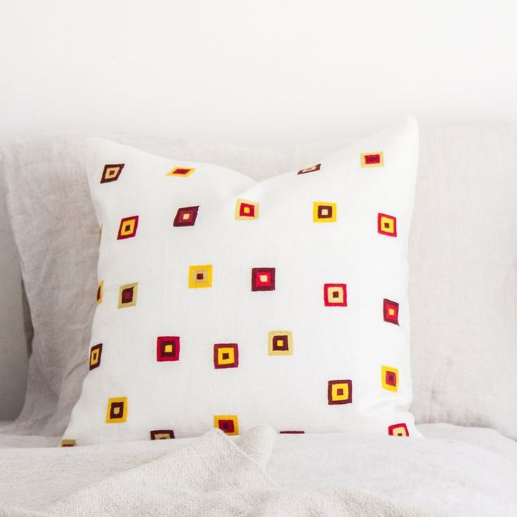 Fresh redas and yellows are the highlight on this hand embroidered linen pillow // ARTHA Collections #bedroomstyling #handcrafted #linenpillows #throwpillows #interiordecor #schlafzimmerdeko #wohnideen #leinenkissen